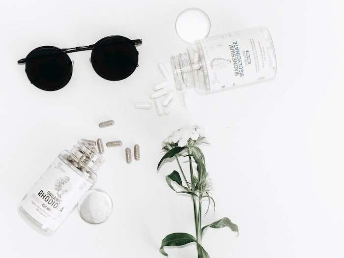 Zwei-Supplemente-für-Frauen-liegen-auf-weißem-Hintergrund