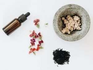Schwarzkümmelsamen-mit-Blumen-und-einen-kleinen-Behälter-ist-gut-für-die-Haut