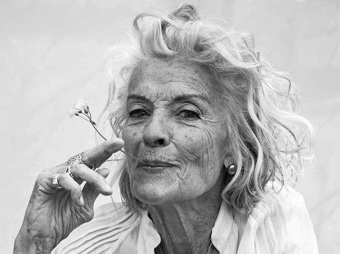 Alte-Frau-zeigt-warum-man-sich-mit-Langlebigkeit-auseinander-setzen-soll