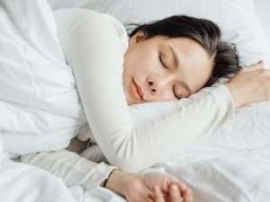 Frau-die-viel-von-ihrem-wichtigen-Tiefschlaf-braucht